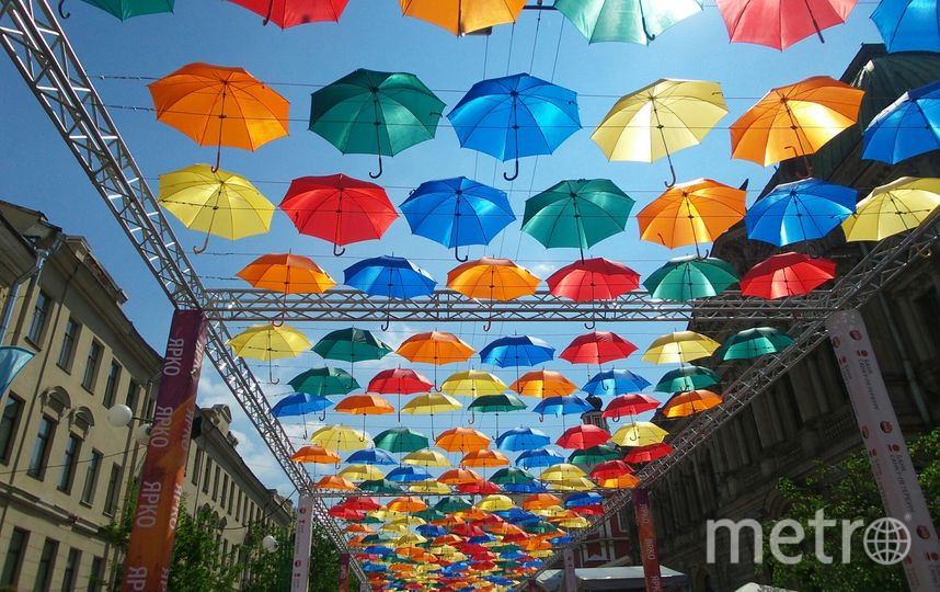"""Аллея парящих зонтиков. Фото """"Metro"""""""