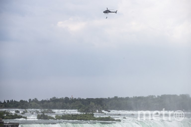 Акробатка выполнила рискованный трюк над Ниагарским водопадом