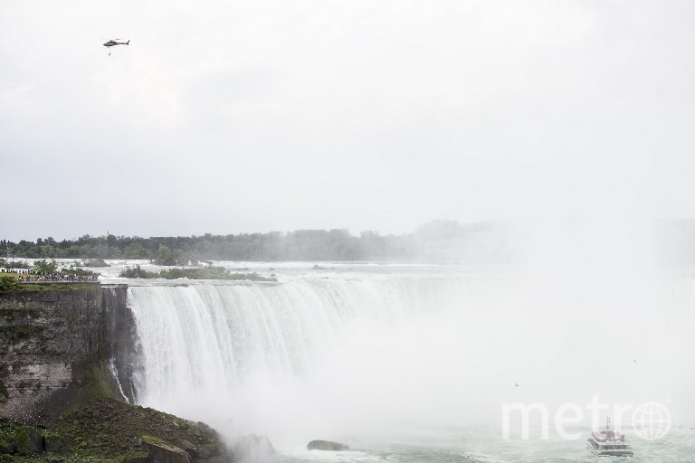 Гимнастка выполняет трюк в небе над Ниагарским водопадом. Фото AFP