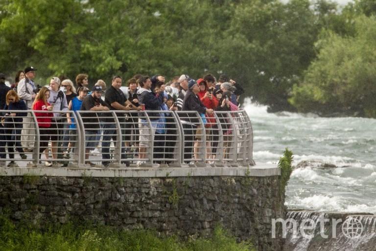 Зрители наблюдают за гимнасткой. Фото AFP