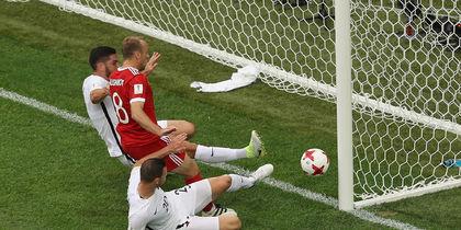 Защитник Новой Зеландии поражает собственные ворота. Фото Getty