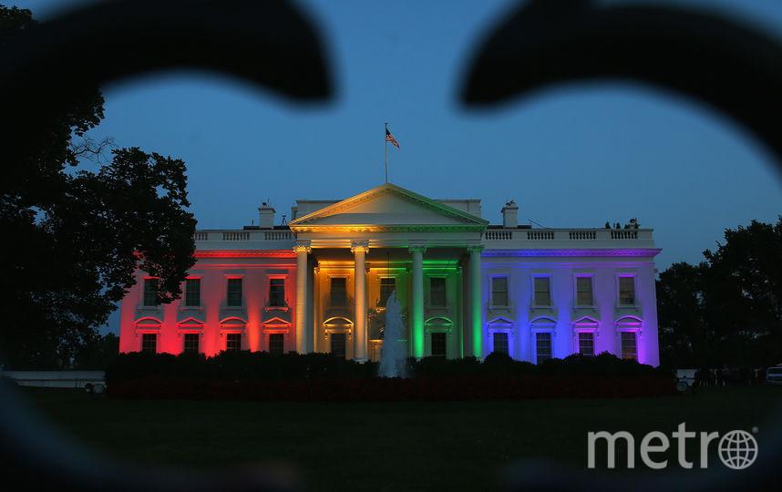 В честь легализации однополых браков на всей территории США, Белый дом раскрасили в цвета радужного флага. Фото Getty