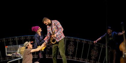 """В Петербурге репетируют джазовый спектакль """"Это Питер, детка""""."""