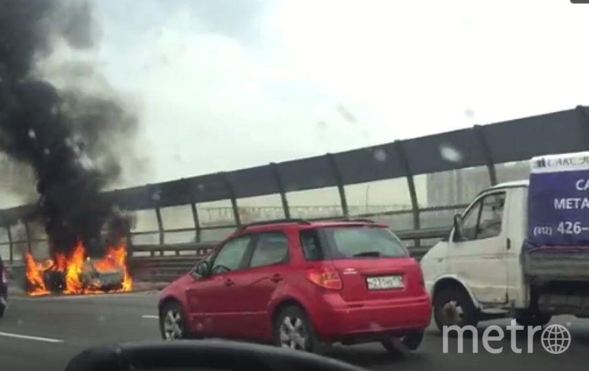 На КАД дотла выгорел автомобиль.