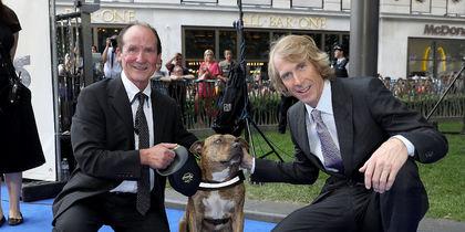 На премьеру Трансформеров-5 пришла собака Фрейя, снявшаяся в кино. Хозяин собаки (слева) и режиссер фильма Майкл Бэй. Фото Getty