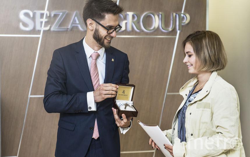 Юлии Липницкой вручают ключи от квартиры. Фото Предоставлено Sezar Group.