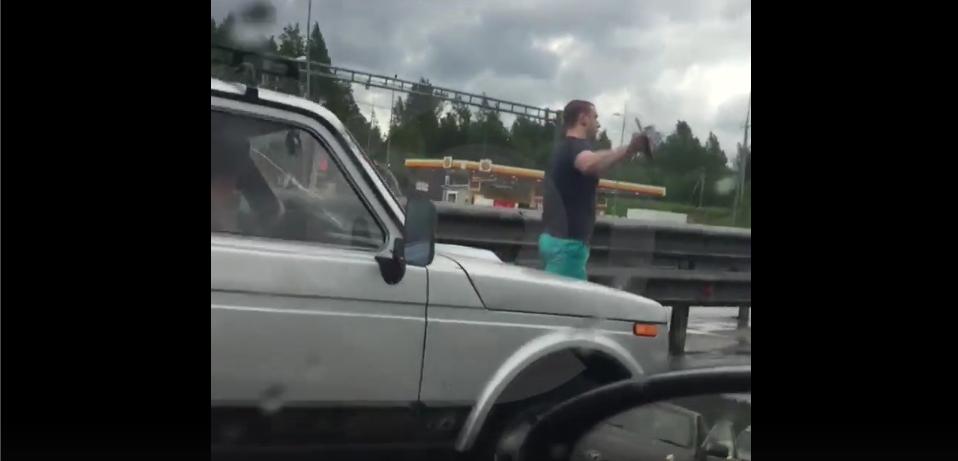 Скандальное видео: Петербуржец разбил стекло просигналившей ему машине. Фото Скриншот/Lifecorr , vk.com