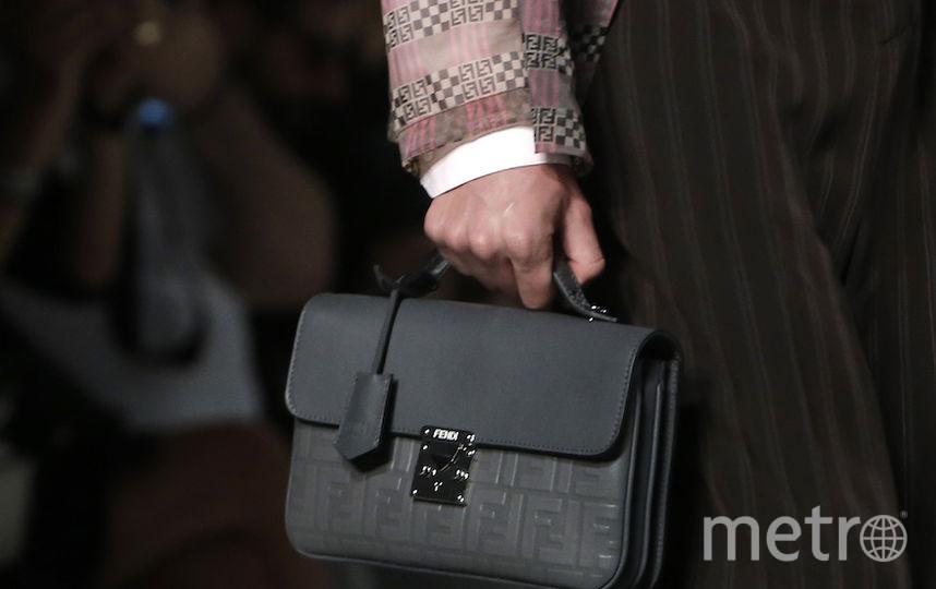Показ классической одежды, детали. Фото AFP