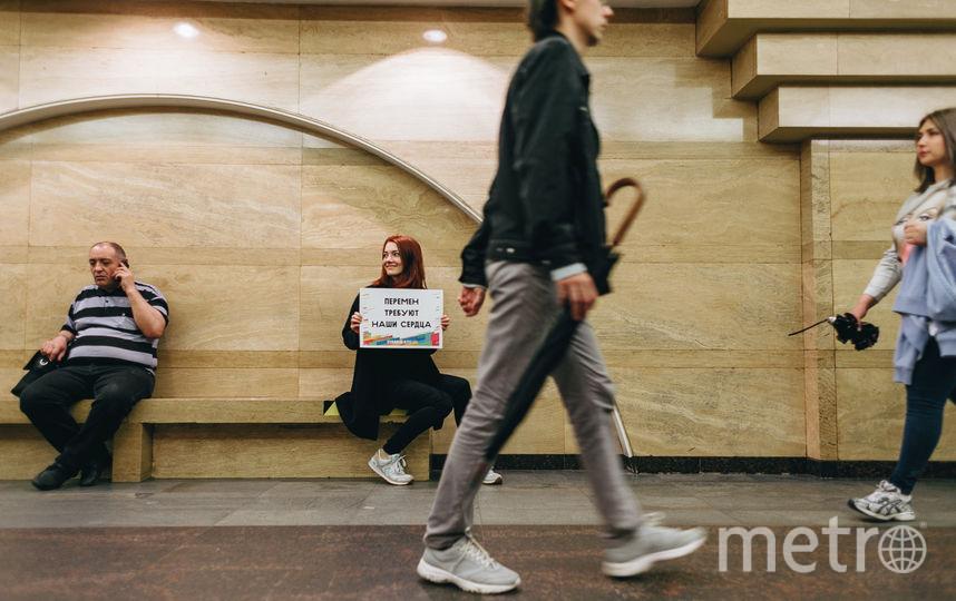 В метро прошла акция в честь 55-летия Виктора Цоя. Фото Наталья Рыбакина.