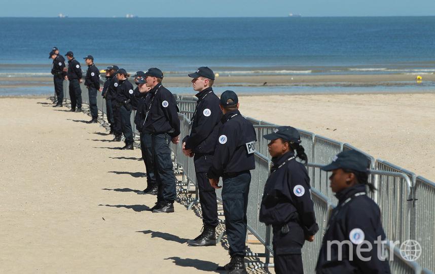 Сотрудники французской полиции дежурят на пляже. Фото Getty