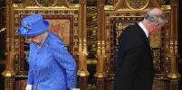 Британская королева произнесла тронную речь в шляпе, напоминающей флаг Евросоюза