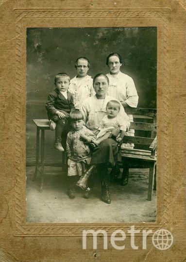 Иван Тринченко на руках у мамы Прасковьи Ивановны, рядом стоит сестра Антонина, на стуле старший брат Коля. На заднем плане сёстры отца Мария и Агафья, 1929 год. Фото из семейного архива