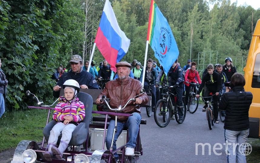 Справа - Николай Лучкин, смастеривший 6-местный велосипед.