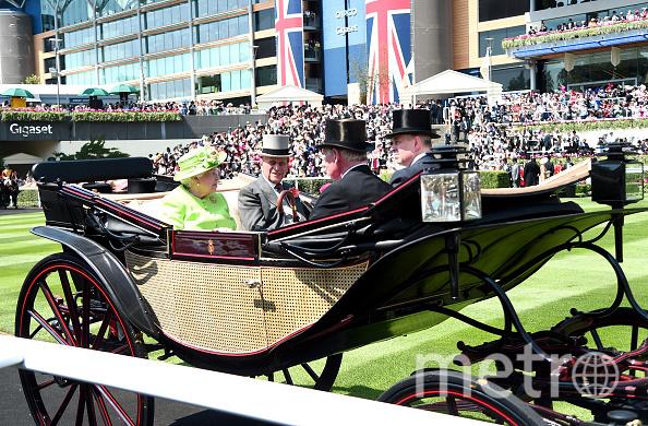 Так прибыла королева Елизавета на скачки в первый день. Фото Getty