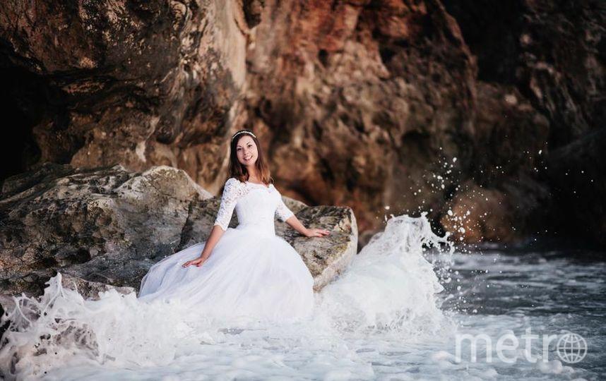 """""""Здравствуйте! Это моё счастливое платье. А счастливое оно потому, что я одевала его в самые замечательные и радостные моменты своей жизни: на свадебное торжество и на фотосессию в свадебном путешествии. Тогда я себя чувствовала принцесой на всём белом свете!"""". Фото Кристина."""