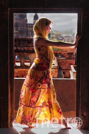 Это мое счастливое яркое платье. Это подарок моей самой яркой подруги. В каждом ярком путешествии оно на мне. Оно на всех самых ярких фотографиях и во всех ярких воспоминаниях. И я нацелена на продолжение наших ярких отношений с этим платьем! Маруся Савина. Фото Автор фото: Мстислав Жиляев