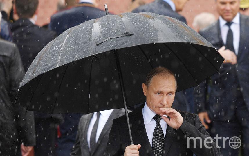 Владимир Путин под ливнем у Могилы Неизвестного Солдата. Фото AFP