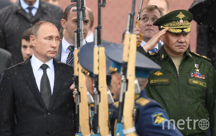 Владимир Путин в ливень у могилы неизвестного солдата. Фото AFP