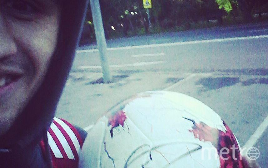 """Руслан с мячом, подписанным Роналду. Фото личная страница Руслана Джафоева """"ВКонтакте"""", vk.com"""