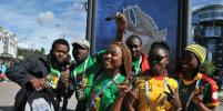 Фанаты футбольной сборной Камеруна танцевали у стадиона