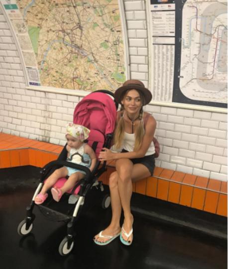 Анна Хилькевич на отдыхе во Франции с дочкой Арианной.