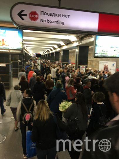 Сломанный состав вызвал сбой в движении по красной ветке метро в Петербурге. Фото vk.com