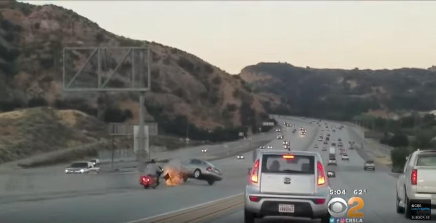 Мотоциклист пинает машину, которая едет рядом с ним. Фото Скриншот Youtube