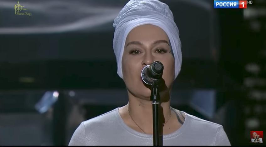 Песню Захаровой исполнила Наргиз Закирова.