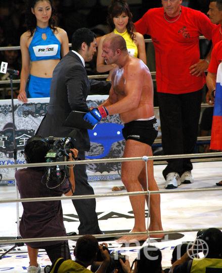Фёдор Емельяненко принимает поздравления с победой. Фото Getty