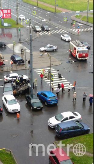 ДТП в Петербурге: в перевернувшемся автомобиле погибла женщина. Фото vk.com/spb_today, Марина Малиновская