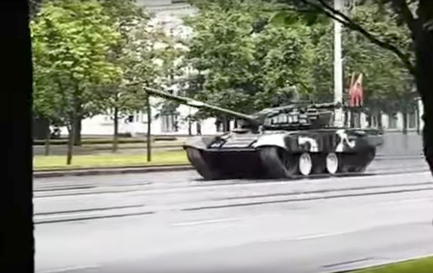 Танк Т-72 врезался в столб в Минске. Фото CityDog.by – журнал о Минске, Скриншот Youtube