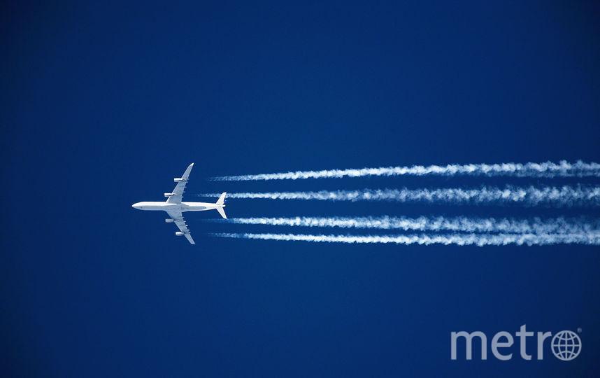 Самолет в небе. Фото Getty