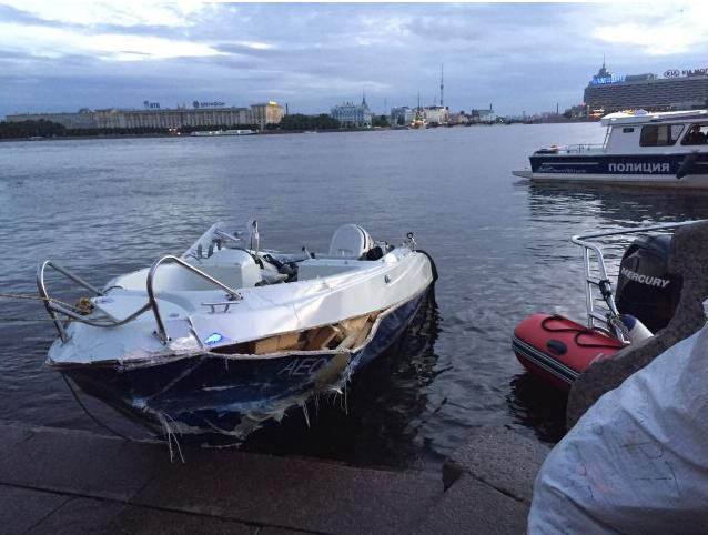 Инцидент случился  26 июня в 1.40 в Неве - катер врезался в теплоход. Фото http://sztproc.ru/