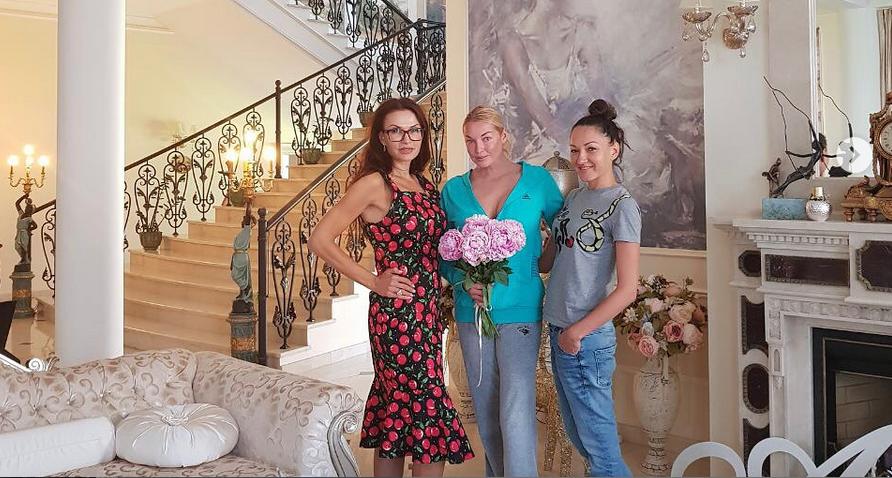 Эвелина Бледанс и Анастасия Волочокова - фотоархив. Фото Все - скриншот Instagram