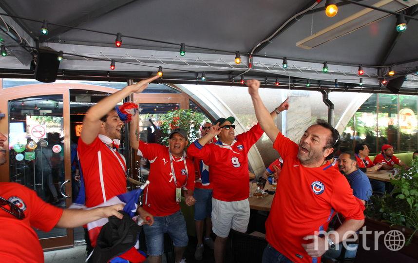 """Чилийских болельщиков легко узнать по красным футболкам. Фото Василий Кузьмичёнок, """"Metro"""""""