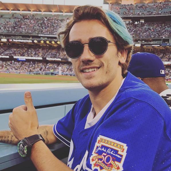 Гризманн покрасил волосы в синий. Фото instagram