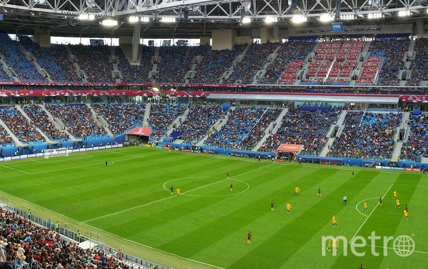 на стадионе количество зрителей вполне сопоставимо с населением небольшого города.