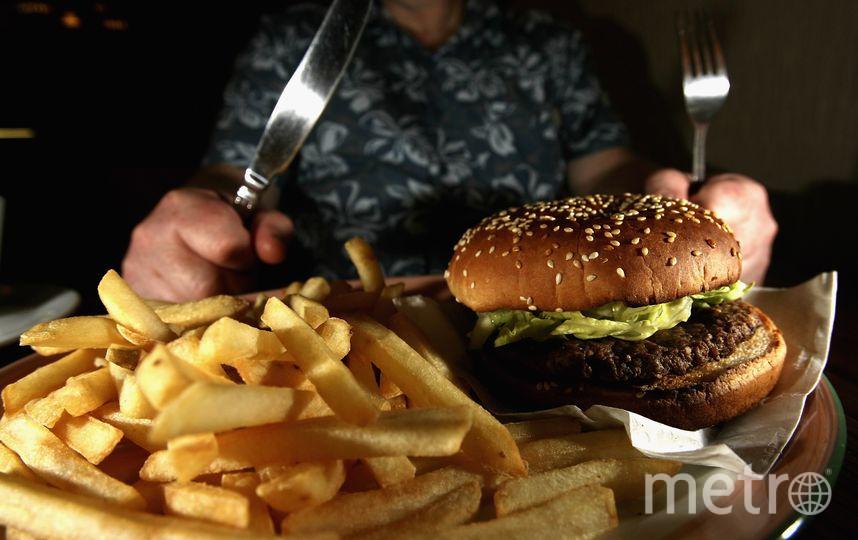 Гамбургер и картофель фри. Фото Getty