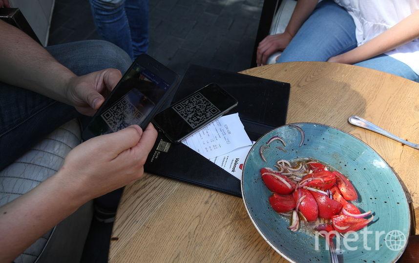 """Расплатиться биткоинами можно по QR-коду в специальном приложении. Фото Роман Балаев, """"Metro"""""""