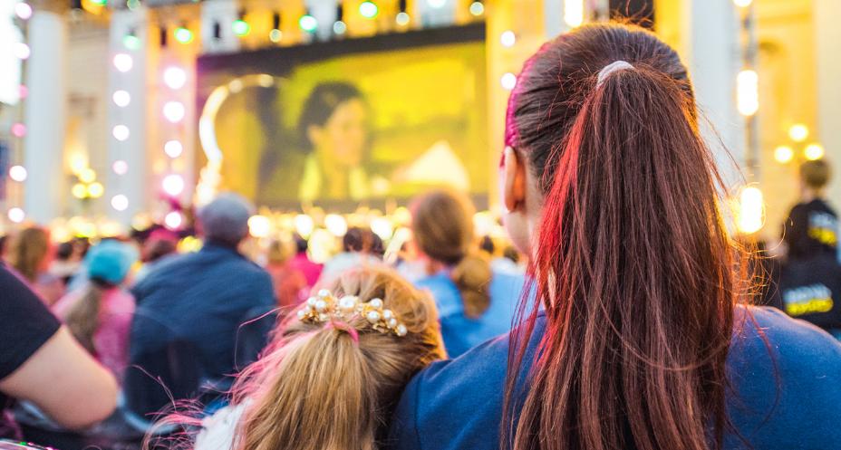 Кинопоказы на крышах и во дворах в Москве стартуют с 16 июля. Фото mos.ru