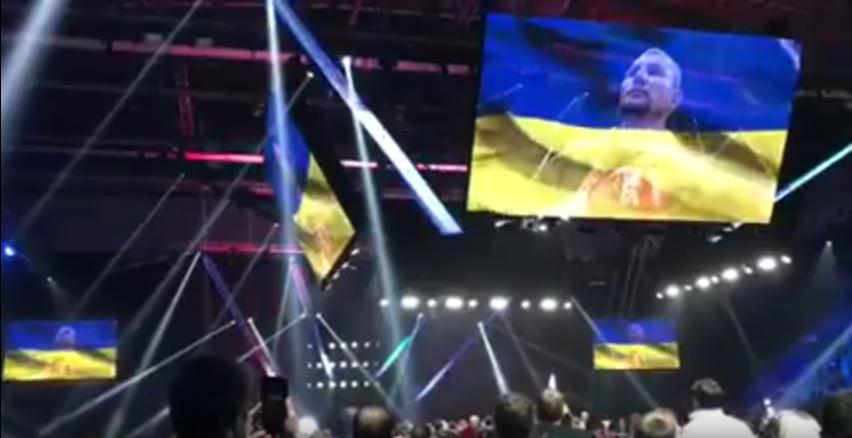 Российские болельщики встали во время исполнения гимна Украины. Фото Скриншот Youtube