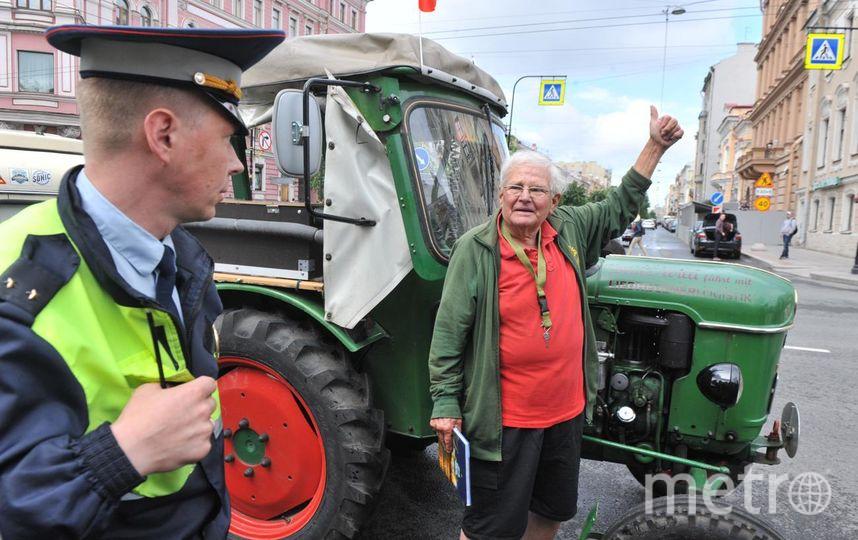 """В Северной столице пенсионер из Германии и его трактор останутся на неделю. Фото Святослав Акимов, """"Metro"""""""