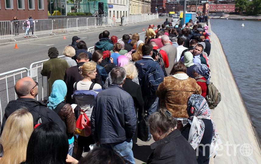 """Очередь к мощам Николая Чудотворца. Фото Василий Кузьмичёнок, """"Metro"""""""