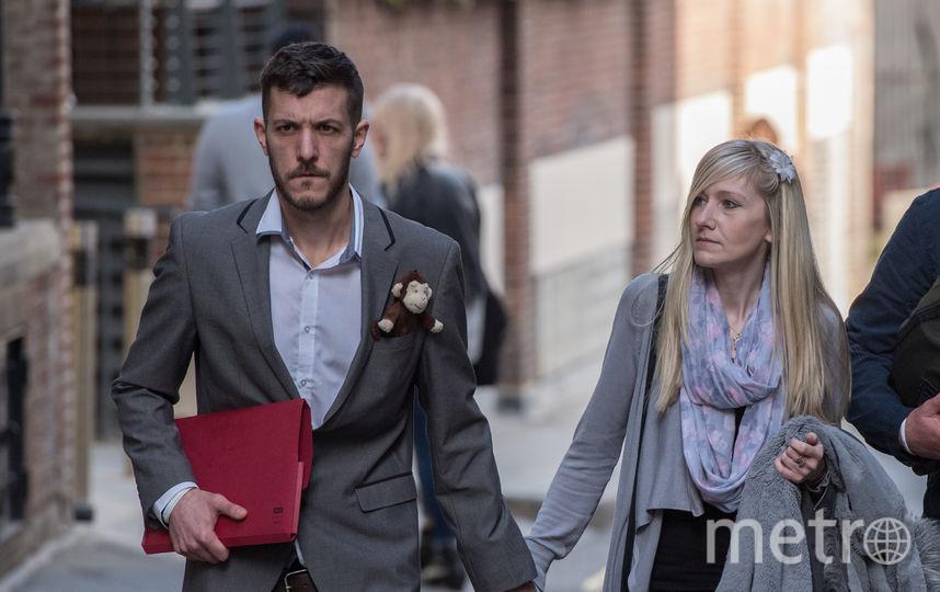 Родители (на фото) ходили по судам в надежде добиться разрешения на транспортировку ребёнка в Штаты. Фото Getty