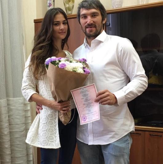 Анастасия и Александр со свидетельством о регистрации брака. Фото Instagram Анастасии Шубской.