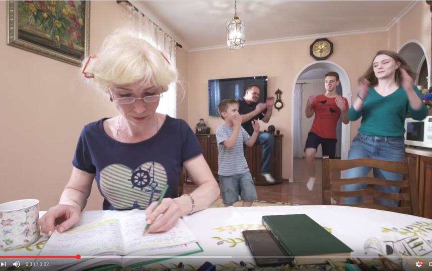 Кадры из клипов родителей. Фото Скриншот Youtube