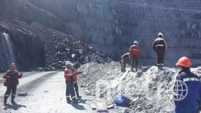 Спасатели эвакуирут горняков из шахты. Фото 24.mchs.gov.ru