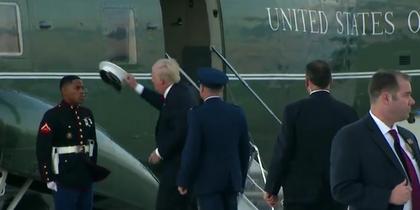 Трамп стал звездой Сети, попытавшись вернуть пехотинцу фуражку.