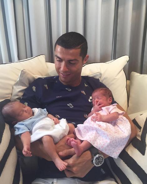 Криштиану Роналду с детьми. Фото Instagram Криштиану Роналду