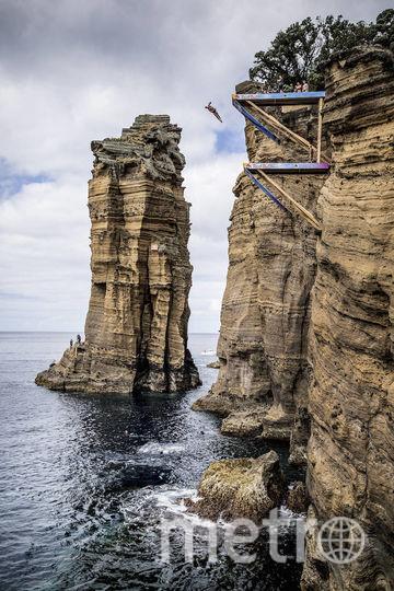 На Азорах спортсмены прыгают непосредственно со скалы. Фото redbullcontentpool.com